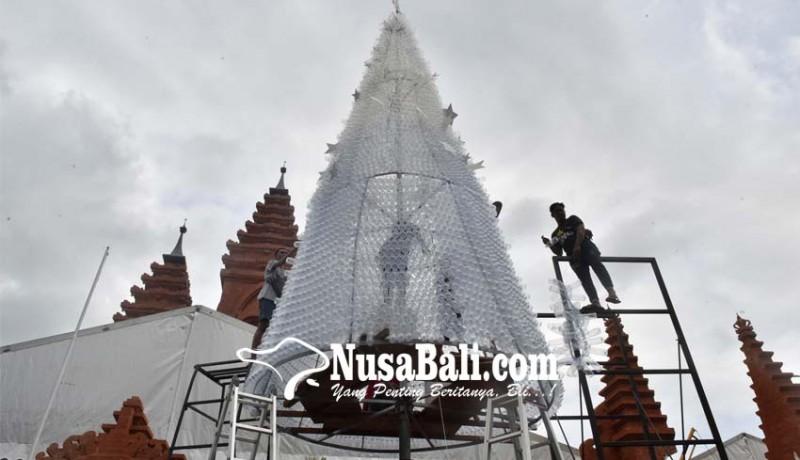 www.nusabali.com-ada-pohon-natal-11-meter-dari-botol-plastik