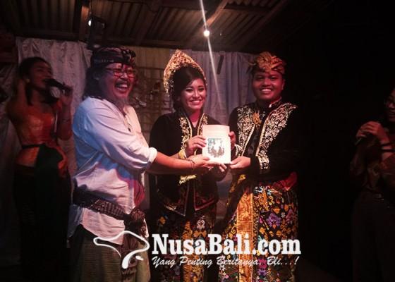 Nusabali.com - tradisi-unik-komunitas-sastra-bali-utara-luncurkan-buku-saat-pernikahan