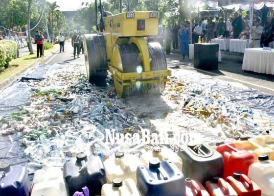 Nusabali.com - ribuan-botol-miras-sitaan-dimusnahkan