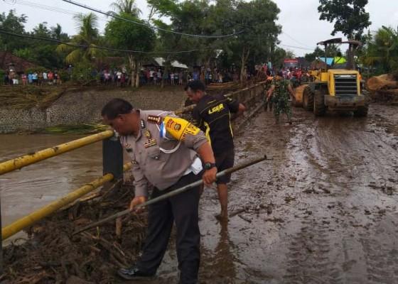 Nusabali.com - personel-polda-bali-turut-evakuasi-material-banjir