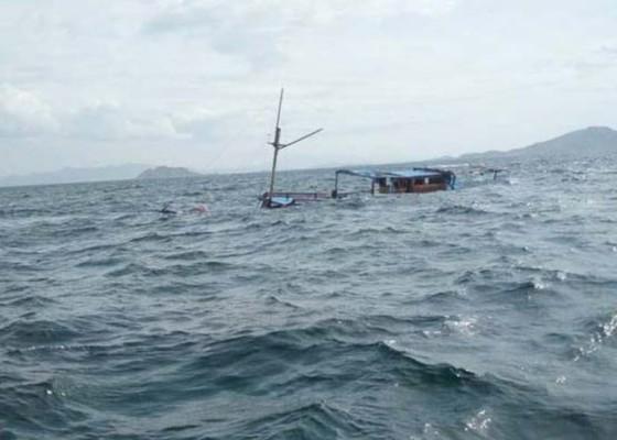 Nusabali.com - cuaca-buruk-kapal-wisata-di-pulau-padar-tenggelam