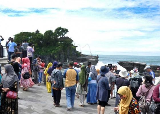 Nusabali.com - liburan-wisatawan-serbu-tanah-lot