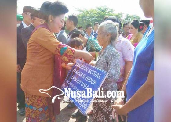 Nusabali.com - bupati-bagikan-kartu-tiga-juta