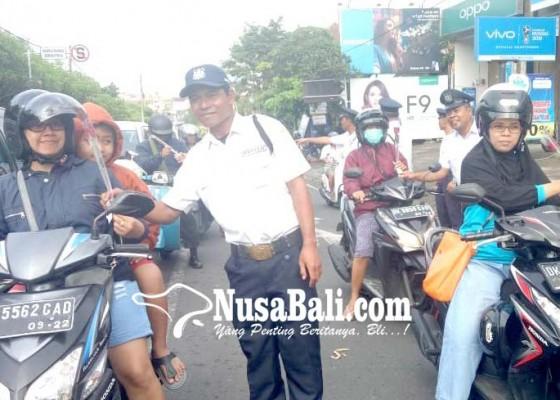 Nusabali.com - puluhan-satpam-bagi-bunga-kepada-pengguna-jalan
