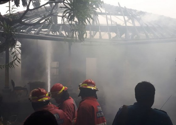 Nusabali.com - diduga-korsleting-listrik-rumah-dan-palinggih-terbakar
