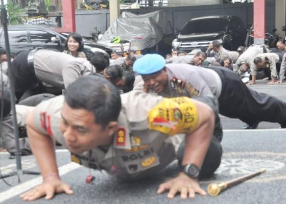 Nusabali.com - awali-tahun-kapolres-badung-ajak-anggota-push-up-bersama