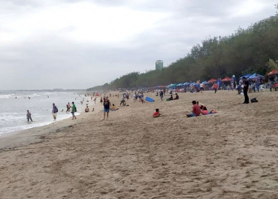 Nusabali.com - wisatawan-di-pantai-kuta-mulai-lenggang