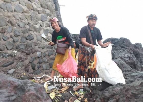 Nusabali.com - rapi-bersihkan-sampah-plastik-di-pura-manik-kembar