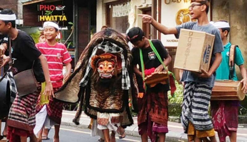 www.nusabali.com-makna-ritus-ngelawang-makin-hilang
