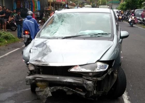 Nusabali.com - usai-tabrak-5-motor-parkir-mobil-seruduk-2-warga