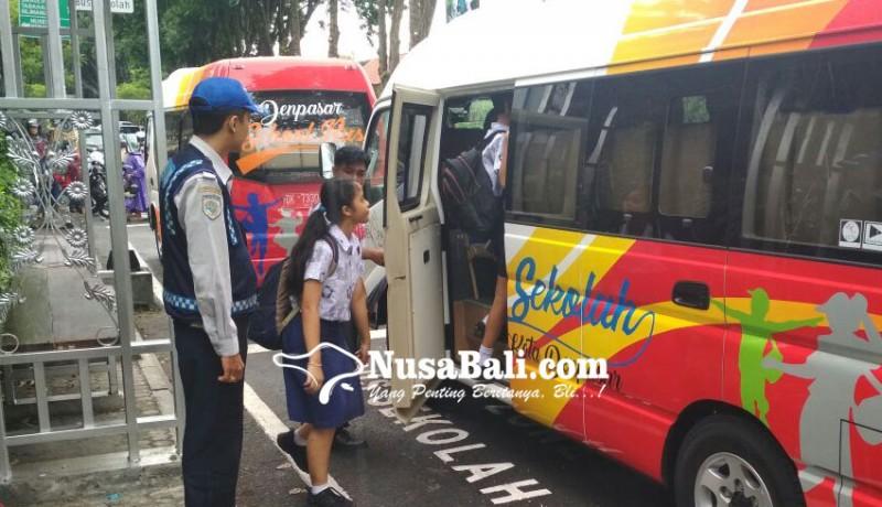 www.nusabali.com-naik-bus-sekolah-dengan-tiket-sampah-plastik