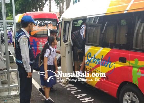 Nusabali.com - naik-bus-sekolah-dengan-tiket-sampah-plastik