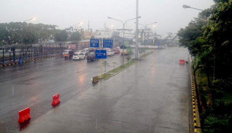 www.nusabali.com-hujan-deras-disertai-kabut-penyeberangan-ditutup-45-menit