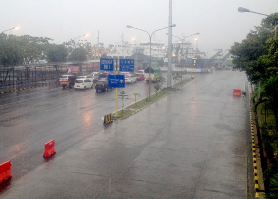 Nusabali.com - hujan-deras-disertai-kabut-penyeberangan-ditutup-45-menit