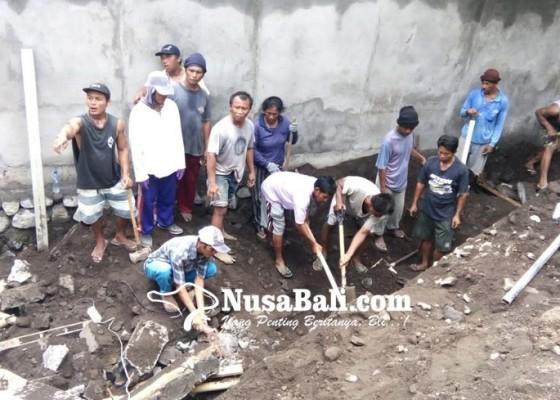 Nusabali.com - tembok-ambruk-saat-digarap-1-buruh-tewas