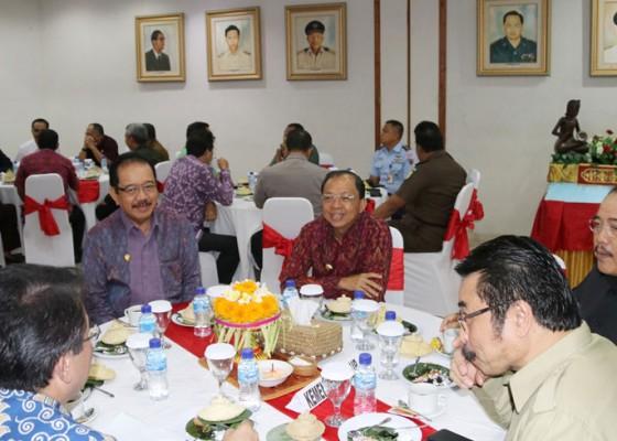 Nusabali.com - gubernur-target-kemiskinan-jadi-1-persen