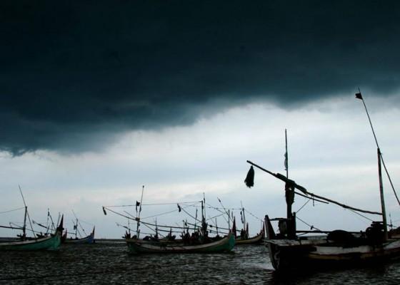 Nusabali.com - nelayan-kedonganan-tidak-melaut-karena-cuaca-buruk