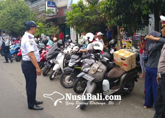 Nusabali.com - perhubungan-gencarkan-penertiban-parkir-di-pasar-umum-negara