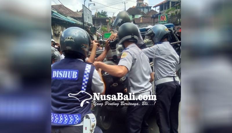 www.nusabali.com-dituding-pasrah-aparat-tertibkan-parkir-di-ubud