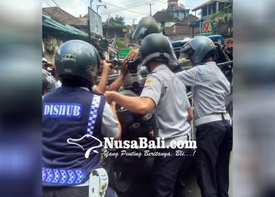 Nusabali.com - dituding-pasrah-aparat-tertibkan-parkir-di-ubud