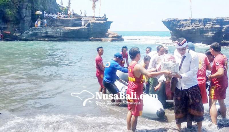 www.nusabali.com-gelombang-pasang-pamedek-nyeberang-gunakan-rubber-boat-tangkil-ke-pura-tanah-lot