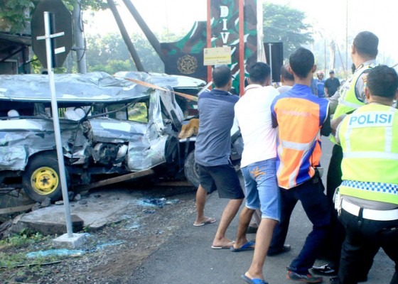Nusabali.com - ka-jayabaya-tabrak-mobil-travel-5-tewas