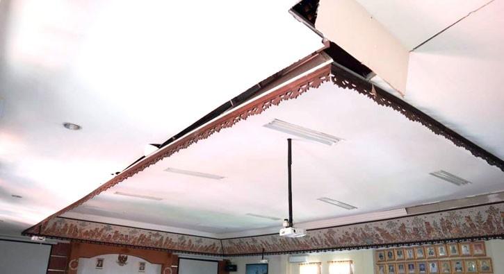 www.nusabali.com-plafon-kantor-camat-kuta-nyaris-ambruk