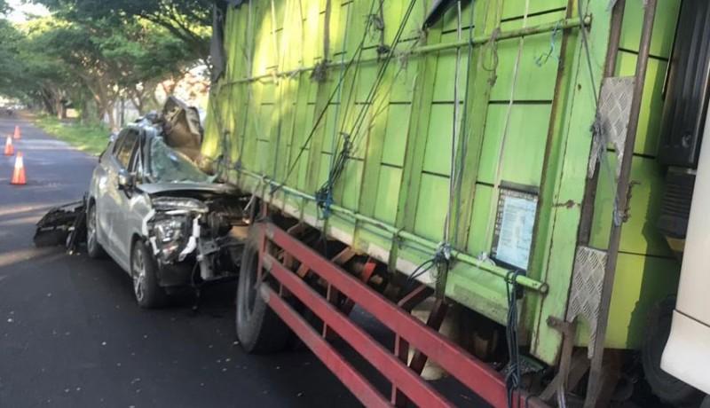 www.nusabali.com-seruduk-pantat-truk-mobil-hancur-pengemudi-masuk-rs