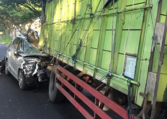 Nusabali.com - seruduk-pantat-truk-mobil-hancur-pengemudi-masuk-rs
