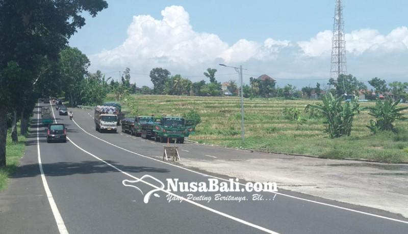 www.nusabali.com-pelebaran-jalan-jadi-parkir-truk
