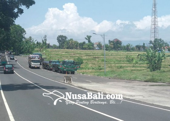 Nusabali.com - pelebaran-jalan-jadi-parkir-truk