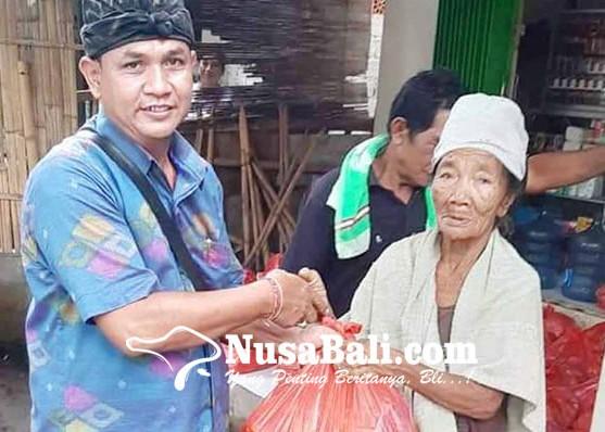 Nusabali.com - perbekel-tianyar-tengah-bagikan-sembako