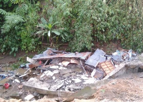 Nusabali.com - sudah-tampak-retak-diguyur-hujan-lebat-langsung-amblas