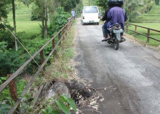 Nusabali.com - jembatan-penghubung-rejasa-pesagi-jebol