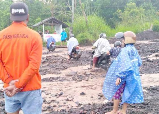 Nusabali.com - banjir-di-sungai-mbah-api-warga-tak-bisa-menyeberang