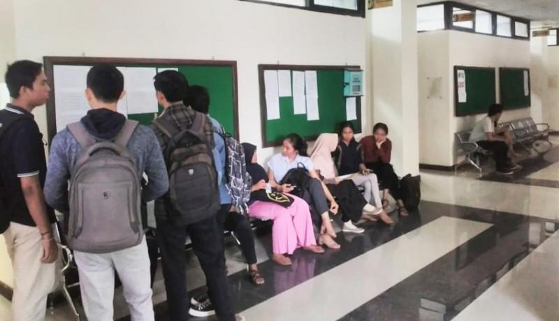 www.nusabali.com-mahasiswa-payung-mahasiswa-puyung