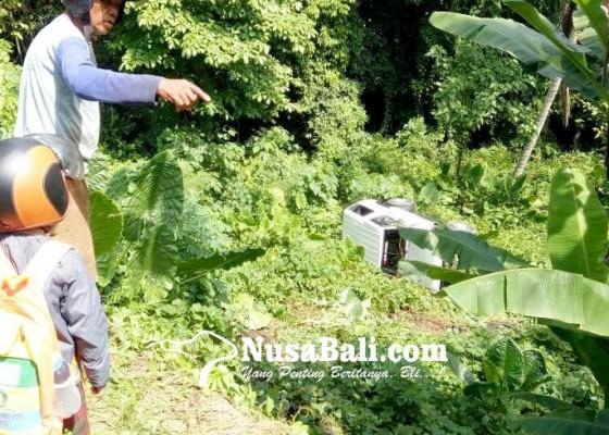 Nusabali.com - lepas-kendali-mobil-taft-terjun-bebas-ke-tegalan