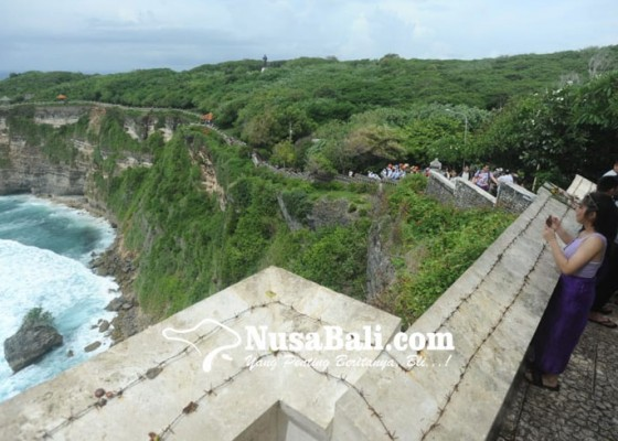 Nusabali.com - antisipasi-wisatawan-nakal-tembok-pura-uluwatu-dipasangi-kawat-duri