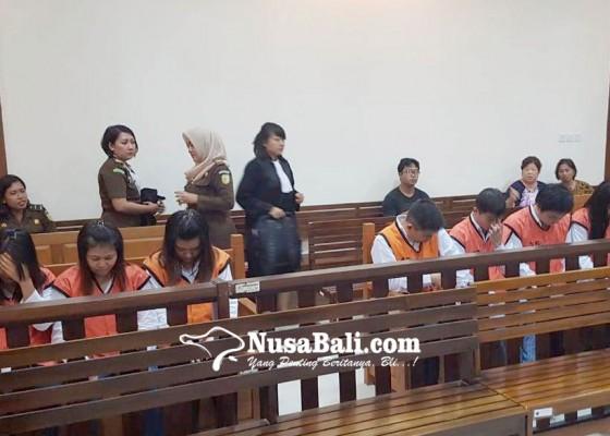 Nusabali.com - minta-maaf-komplotan-gendam-sujud-ke-korban