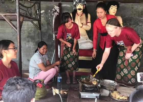 Nusabali.com - mahasiswa-australia-belajar-buat-gegodoh-di-desa-kukuh