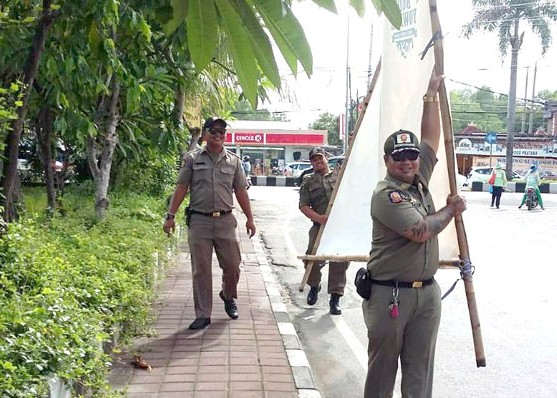 Nusabali.com - satpol-pp-berangus-baliho-kadaluwarsa