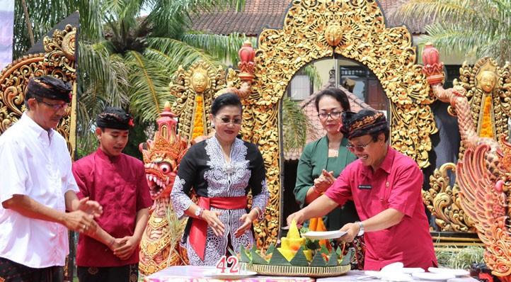 www.nusabali.com-putri-suastini-koster-hadiri-hut-ke-42-sman-3-denpasar