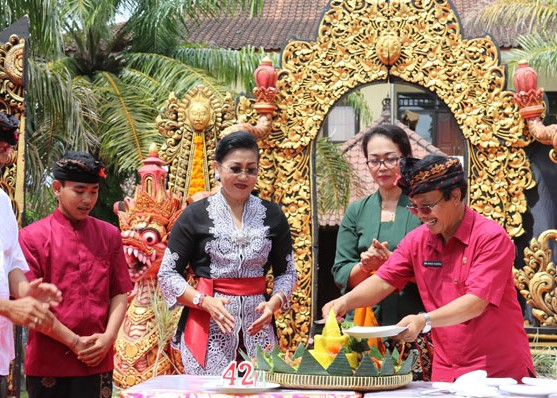 Nusabali.com - putri-suastini-koster-hadiri-hut-ke-42-sman-3-denpasar