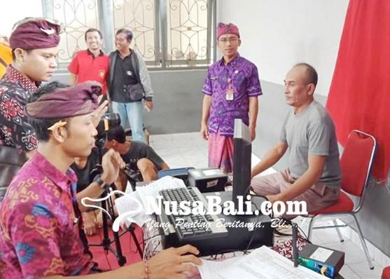 Nusabali.com - disdukcapil-jembrana-lakukan-rekam-data-e-ktp-ke-rutan