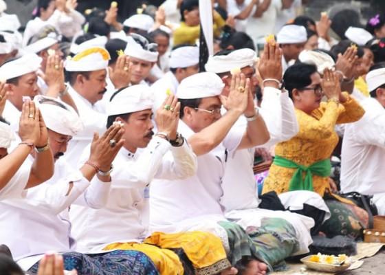 Nusabali.com - pemkab-ngaturang-pangayar-di-pura-goa-lawah