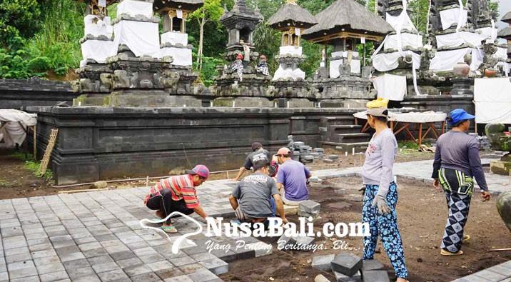 www.nusabali.com-pemasangan-paving-di-pura-penataran-agung-nangka