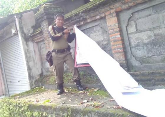 Nusabali.com - satpol-pp-badung-tuntas-bersihkan-spanduk-kadaluwarsa