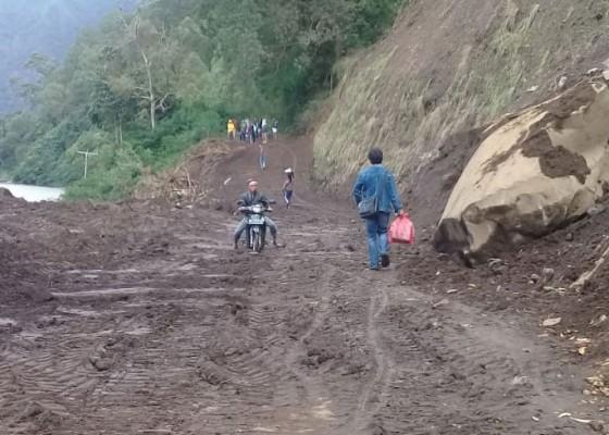 Nusabali.com - evakuasi-material-longsor-tebing-danau-batur-selesai