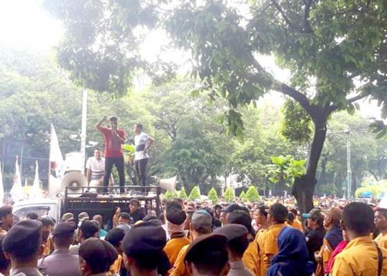 Nusabali.com - demo-di-kpu-massa-minta-oso-masuk-caleg-dpd