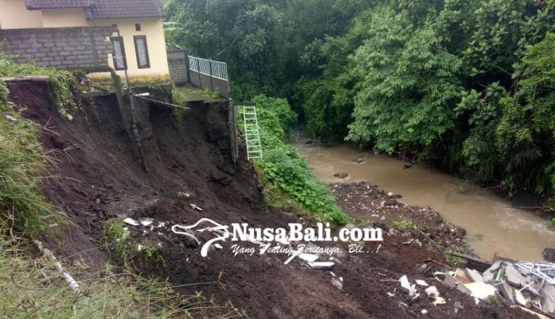 www.nusabali.com-hujan-lebat-1-rumah-ambles-ke-sungai-yeh-panan